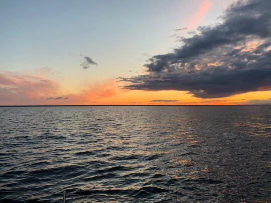Bałtyk zachód słońca z pokładu jachtu podczas rejsu. Fajnerejsy z kpt. Jacek Mirczak